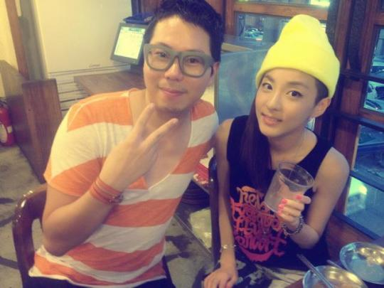 [16.8.2012][Photo] Một tấm ảnh của Lee Hyosup và Dara 255567_456494777718766_1285652415_n