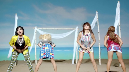2NE1---FALLING-IN-LOVE-M-V[www.savevid.com] 0941