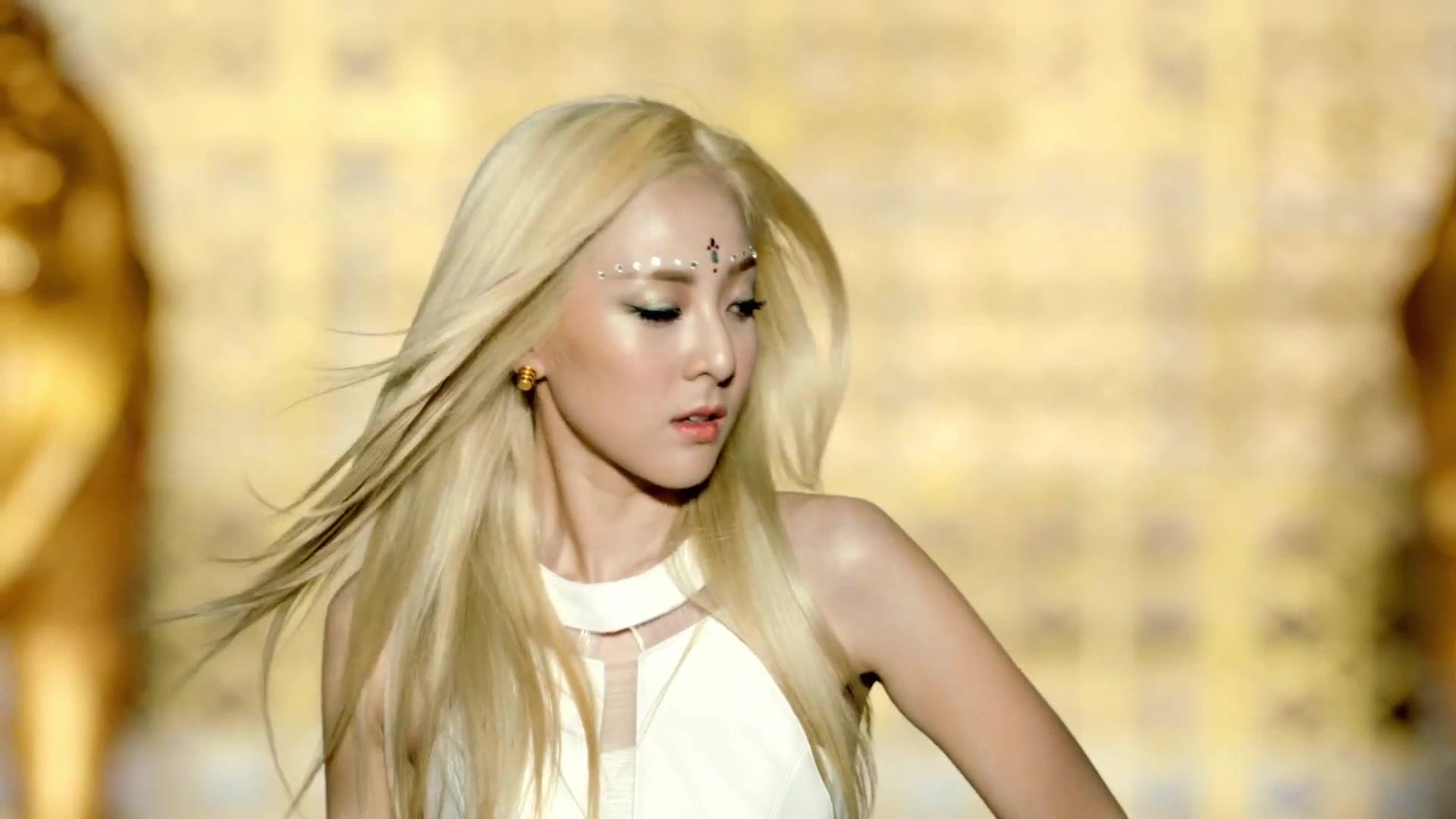 2NE1---FALLING-IN-LOVE-M-V www savevid com  2448Dara Falling In Love Nails