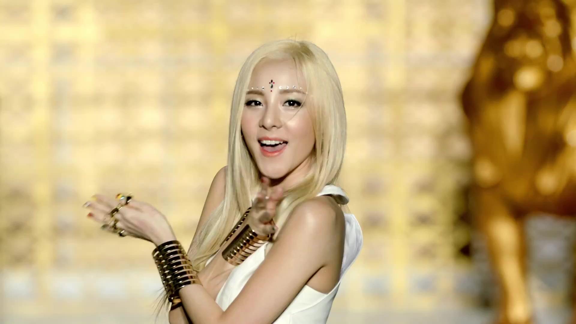 "Caps: Gorgeous Blonde Goddess Dara in 2NE1's ""Falling In ... Dara Falling In Love Nails"