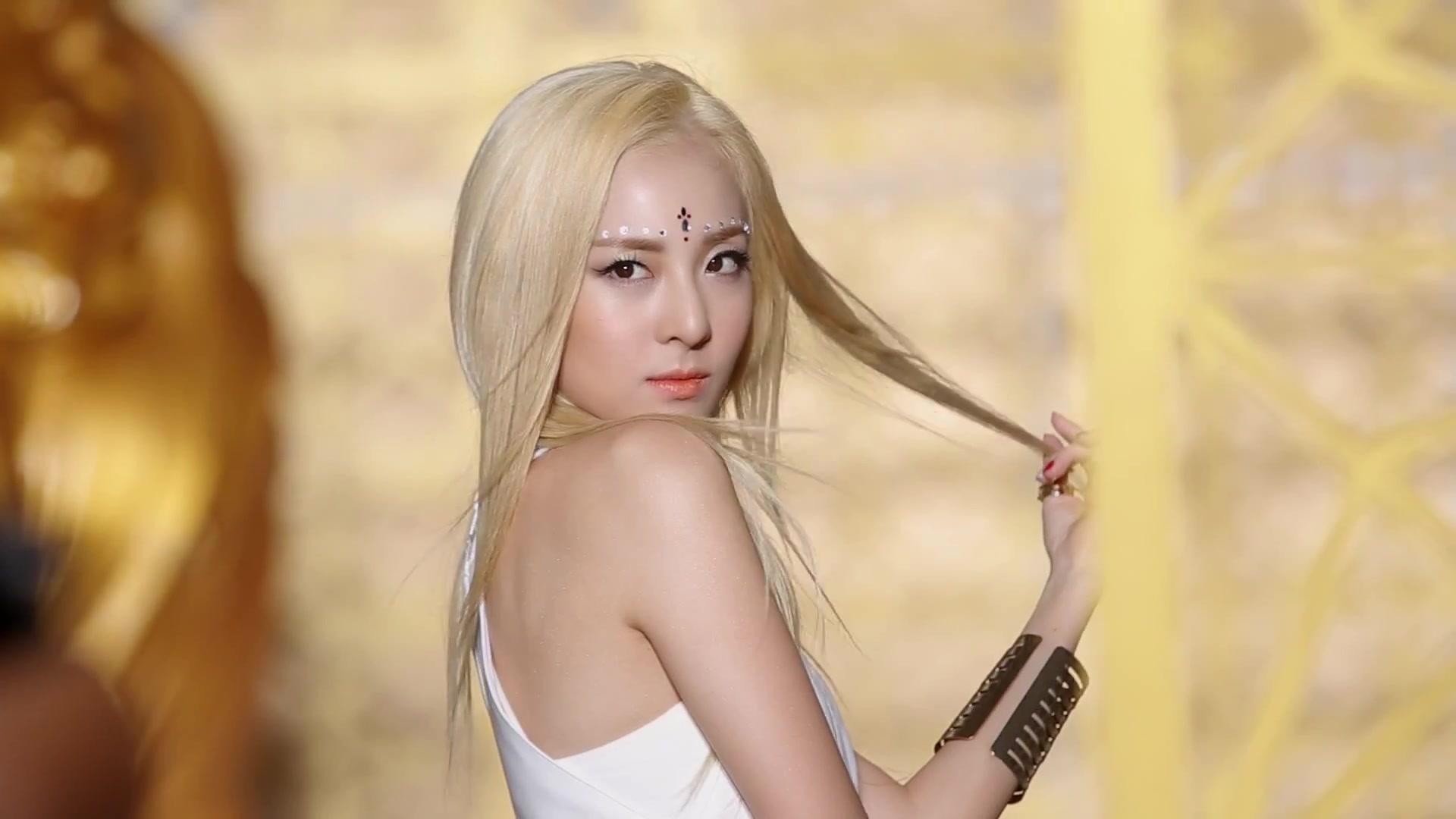 2NE1 - FALLING IN LOVE M V Making Film 3768Dara Falling In Love Nails