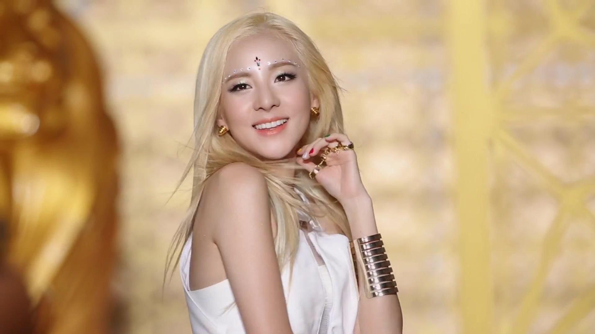2NE1 - FALLING IN LOVE M V Making Film 3822Dara Falling In Love Nails