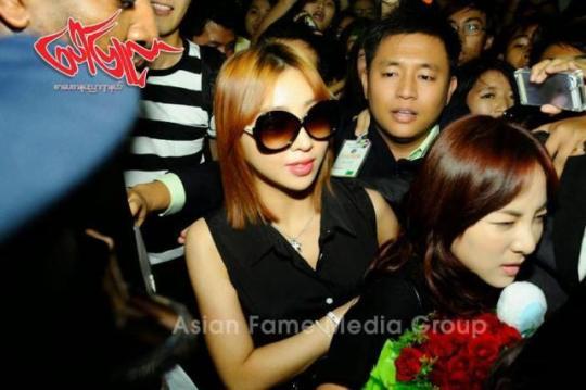 photos-140731-press-pictures-of-2ne1-at-yangon-international-airport-myanmar-3