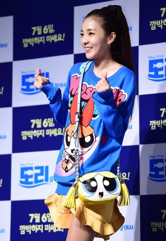 미니하트 뿅~ 투애니원 산다라박이 2일 오후 서울 롯데시네마 월드타워점에서 열린 영화 '도리를 찾아서' 스페셜 시사회에 참석해 미니 하트를 그리고 있다.
